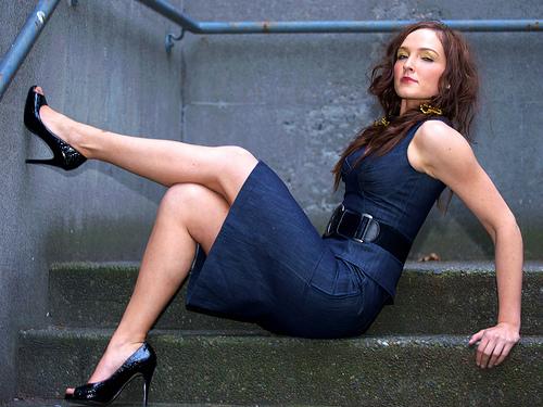 Kurze Kleider strecken die Beine optisch - ideal also für kleine Frauen @ flickr / evocateur