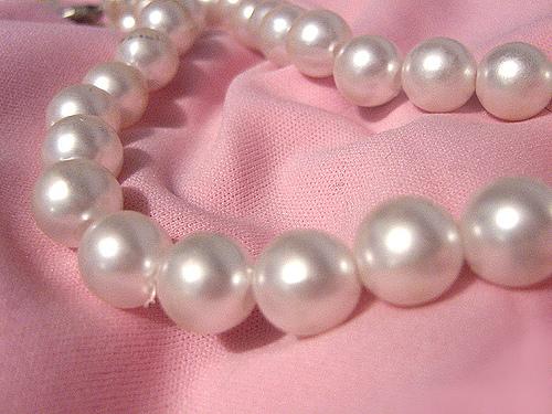 Der Make up Trend Perlenschimmer lässt sich mit passemdem Schmuck kombinieren © flickr / Milica Sekulic