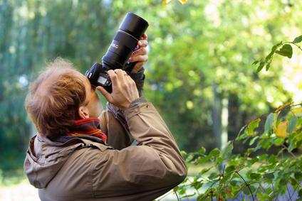 Ein Mann fotografiert die Natur